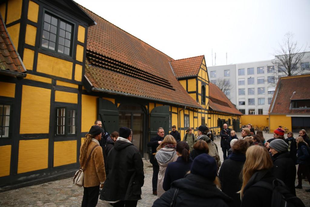 Deltagerne på besøg hos Fæstningens Materialgård. Foto: Stefan Frank thor Straten